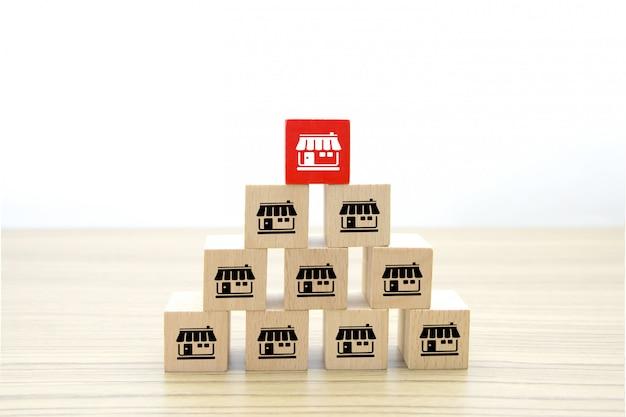 Iconos de negocios de franquicia en forma de cubo de madera.