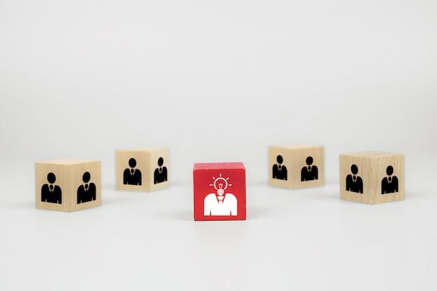 Los iconos de personas en cubo forman bloques de juguete de madera, conceptos de recursos humanos.