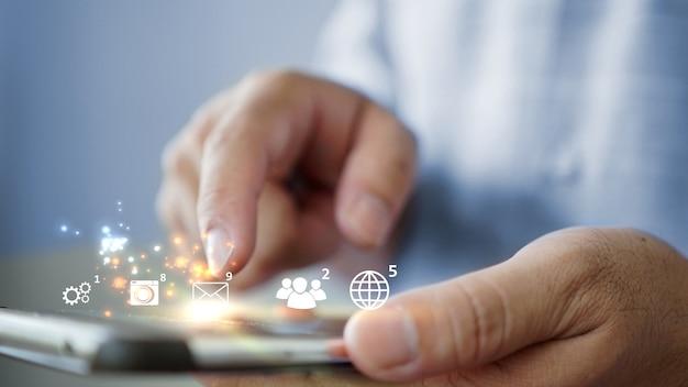 Iconos de redes sociales y notificaciones en el teléfono inteligente. concepto de marketing de medios.