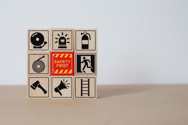 Iconos de seguridad y contra incendios bloque de madera apilamiento.