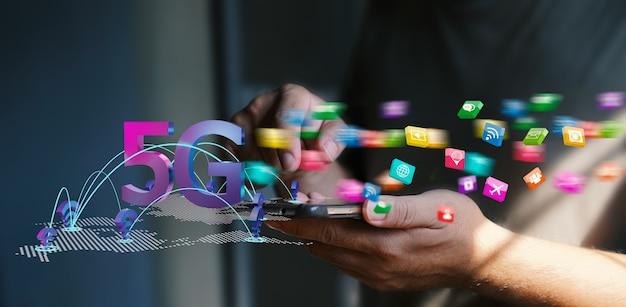 Iconos sociales que vuelan desde el teléfono móvil de la red 5g