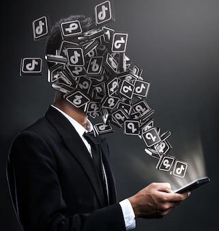 Iconos de tik tok apareciendo en la cara de un hombre