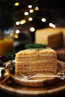 Idea de año nuevo para un postre festivo. torta de miel casera en el espacio oscuro.