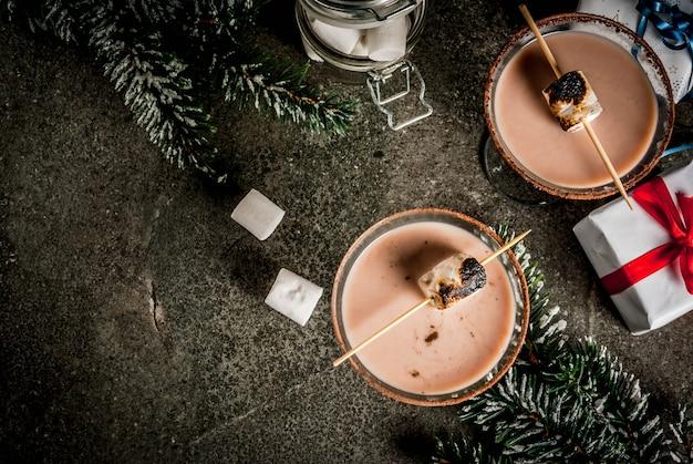 Idea de bebidas de año nuevo y navidad, martini tostado ahumado