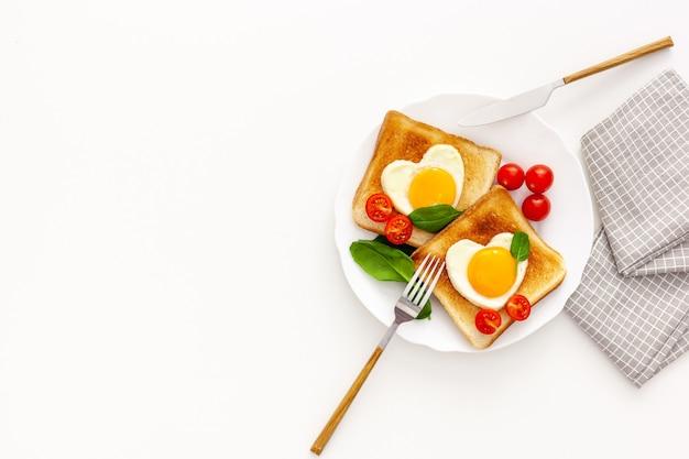 Idea para la celebración del día de san valentín: desayuno - tostadas con huevos revueltos en forma de corazones