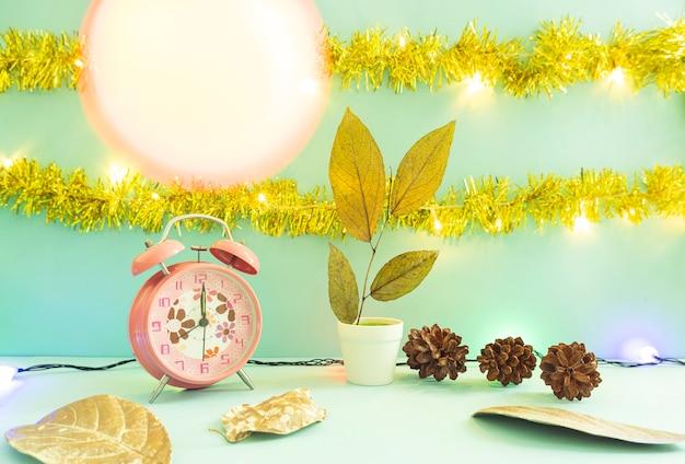 Idea de concepto minimalista que muestra productos. fondos de navidad y año nuevo. despertador. flor de pino
