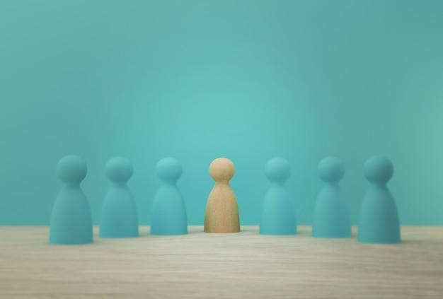 Idea creativa de gestión de recursos humanos y contratación de empleados de negocios. gente sobresaliente destacando entre la multitud.