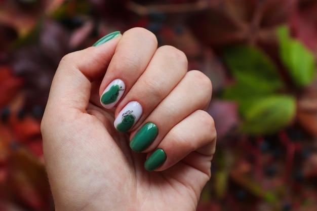 Idea de la manicura de otoño uñas de pistacho cuidadas con esmalte de gel contra las hojas de otoño
