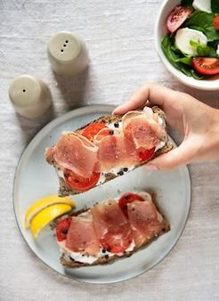 Idea de la receta de la fotografía de la comida del emparedado del prosciutto