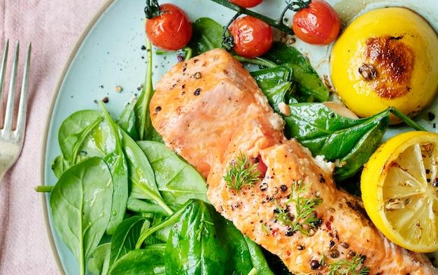 Idea de receta de fotografía de comida de salmón a la parrilla
