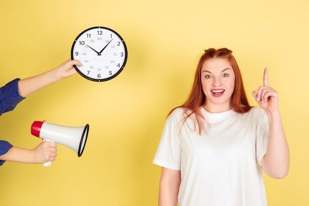 Una idea. retrato de mujer joven caucásica sobre fondo amarillo de estudio, demasiadas tareas. cómo administrar el tiempo correctamente. concepto de trabajo de oficina, negocios, finanzas, autónomo, autogestión, planificación.