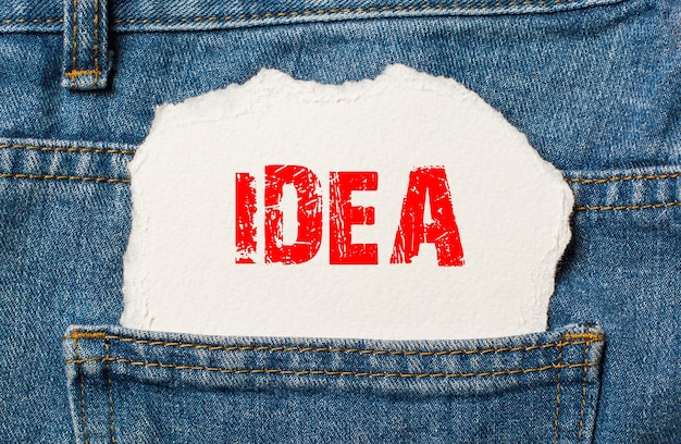 Idea sobre papel blanco en el bolsillo de los pantalones vaqueros azules