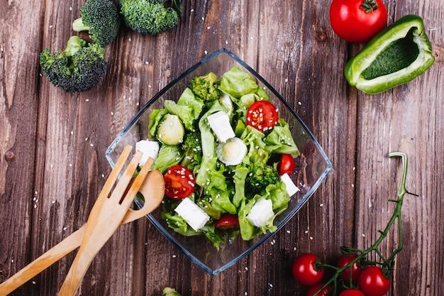 Ideas para el almuerzo o la cena. ensalada fresca de verdor, aguacate, pimiento verde, tomates cherry.