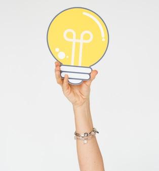 Las ideas de la bombilla de la demostración de la mano piensan