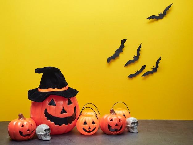 Ideas para las fiestas de halloween, adornos de calabaza y murciélagos negros amarillos.