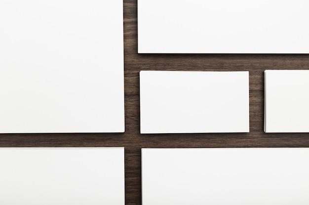 Identidad de marca, tarjetas de visita sobre un fondo de madera marrón oscuro