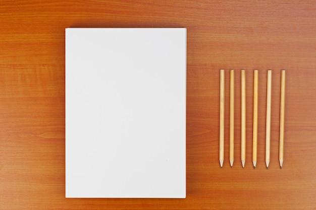 Identificación corporativa en mesa de madera para presentaciones y carteras.