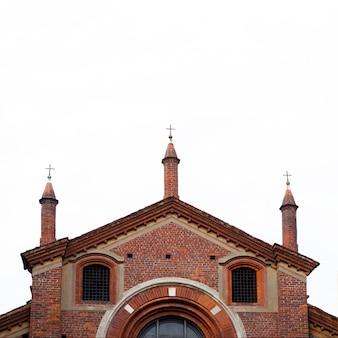 Iglesia antigua del ladrillo rojo en milano. arquitectura antigua aislada