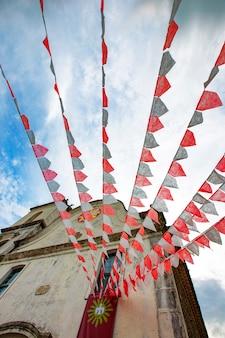 Iglesia barroca decorada con banderas de festa junina.