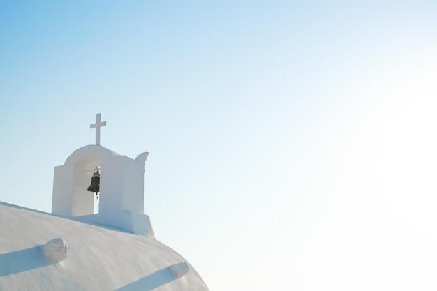 Iglesia blanca contra el cielo azul en la isla de santorini, oia, grecia