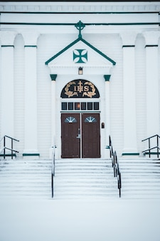 Iglesia blanca con puerta de madera
