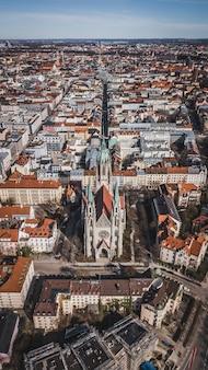 Iglesia y casas en munich, alemania
