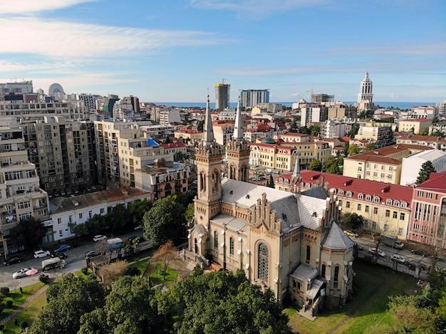 Iglesia catedral con paisaje urbano
