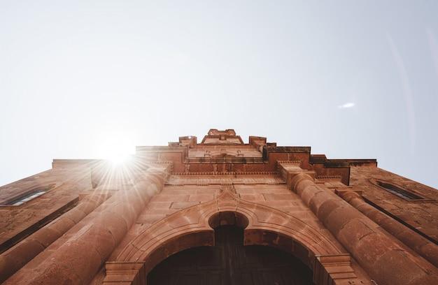Iglesia catedral con el sol brillando