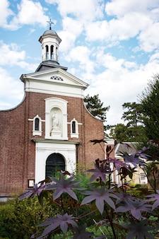 Iglesia católica en jardín