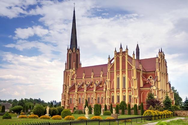 Iglesia católica de la santísima trinidad, pueblo de gervyaty, región de grodno, bielorrusia