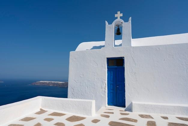 Iglesia clásica en imerovigli, santorini, grecia