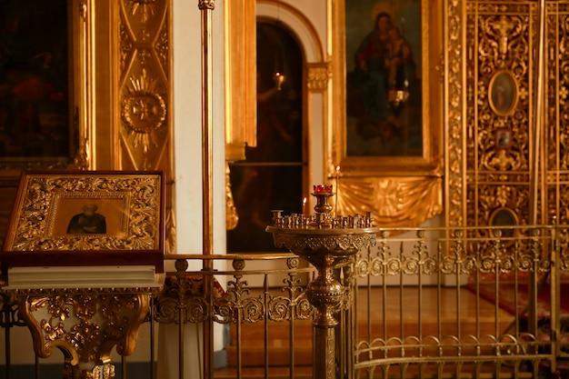 Iglesia cristiana ortodoxa interior. icono y velas. dentro.