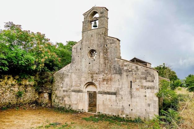 Iglesia cristiana rodeada de árboles en bussi, italia