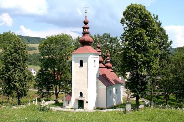 Iglesia de las cúpulas en el asentamiento de tsigelk en eslovaquia