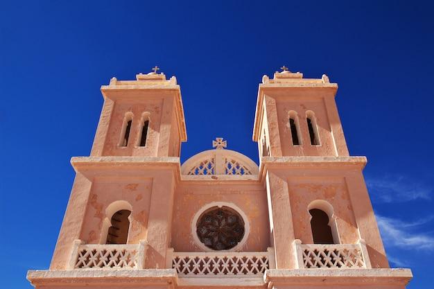 La iglesia en el desierto del sahara en el corazón de áfrica.