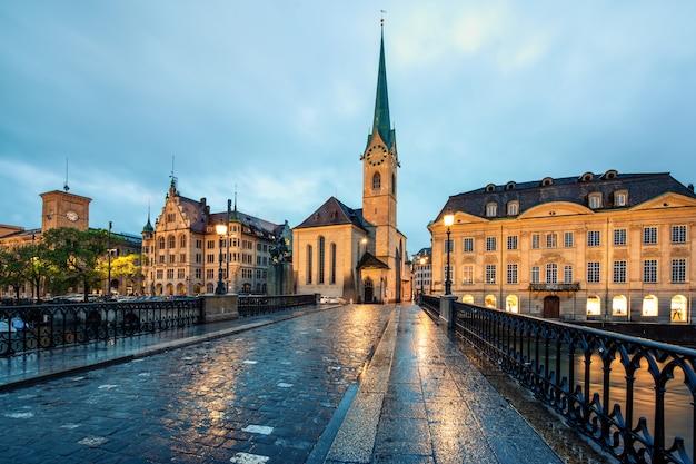 Iglesia fraumunster y río limmat en zurich, suiza