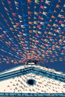 Iglesia histórica adornada con coloridas banderas.
