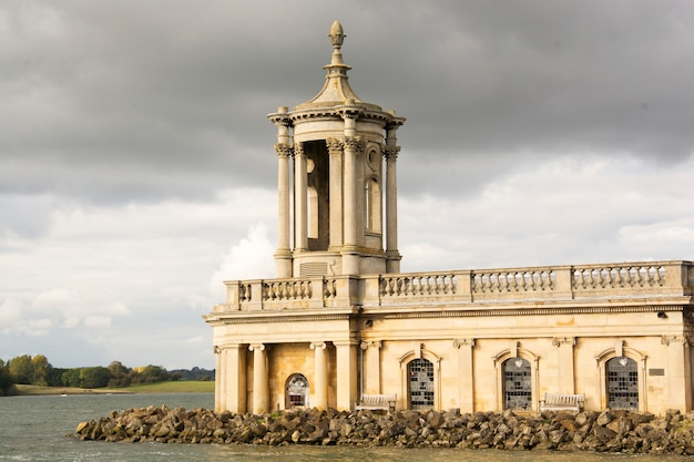 Iglesia inglesa cerca del río