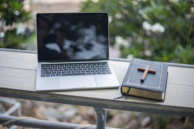 Iglesia en línea desde casa nuevo concepto normal.