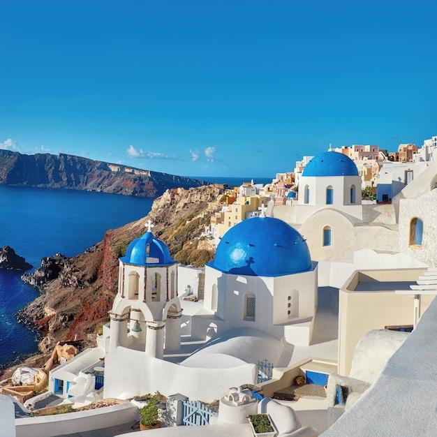 Iglesia local con cúpula azul en oia, santorini, grecia