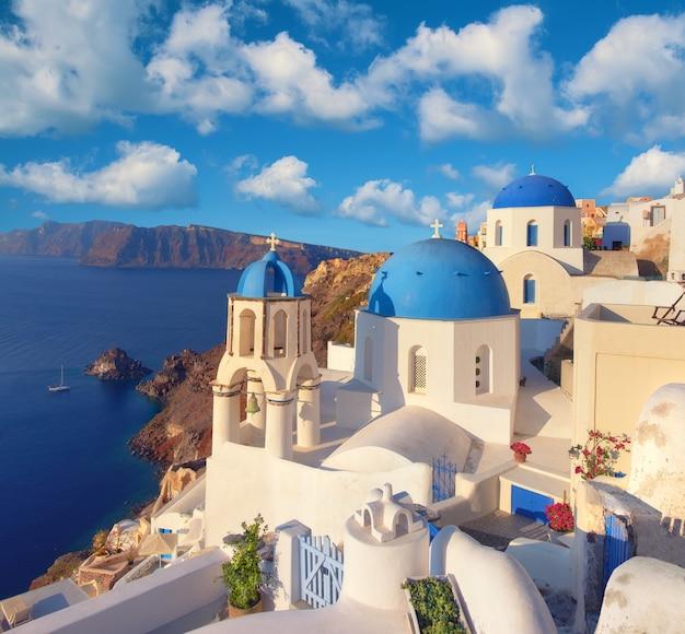 Iglesia local con cúpula azul en el pueblo de oia, isla de santorini, grecia