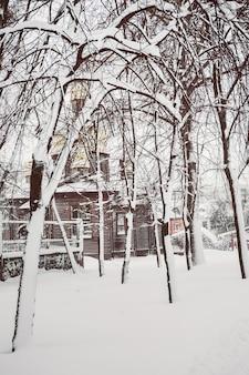 Iglesia de madera en el parque