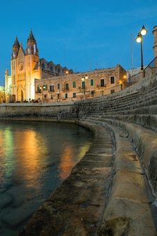 Iglesia de nuestra señora del monte carmelo en la noche, san julián, malta