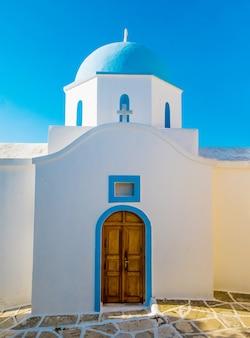 Iglesia ortodoxa de cúpula azul sobre fondo de cielo azul, grecia