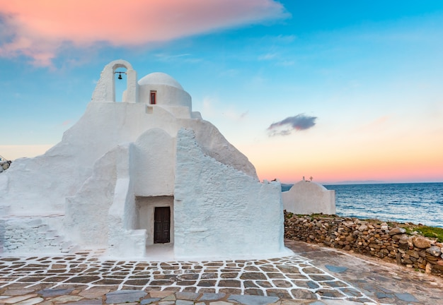 Iglesia de paraportiani en la isla de mykonos, grecia