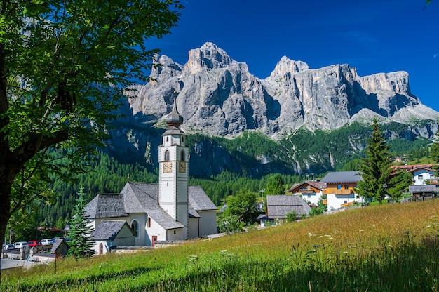 Iglesia parroquial en el pueblo de montaña de calfusch, en val badia, en el corazón de los dolomitas