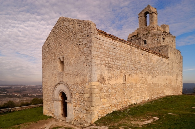 Iglesia románica de sant miquel de olerdola, provincia de barcelona, cataluña, españa