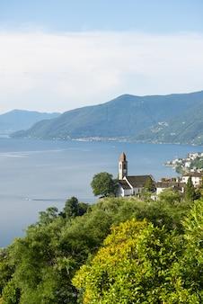 Iglesia en ronco sopra ascona en el lago maggiore alpino con montaña