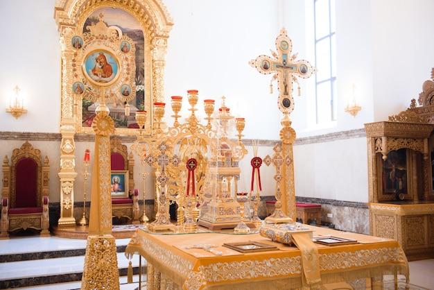 Iglesia rusa novia y el novio en la iglesia durante la ceremonia de boda cristiana.