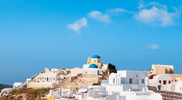 Iglesia de san jorge en el pueblo de oia en la isla de santorini, grecia